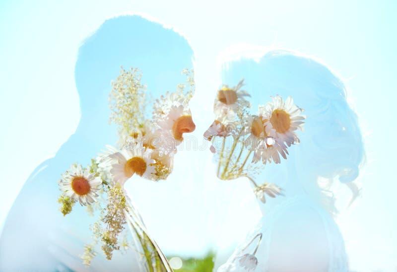 Amore della donna e dell'uomo ed abbracci, stretto rapporto ed amore, foto perfetta di doppia esposizione delle coppie Coppie nel fotografie stock libere da diritti