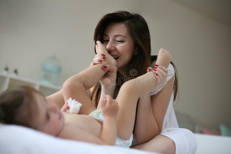 Amore di mattina Madre e piccola figlia del bambino immagini stock