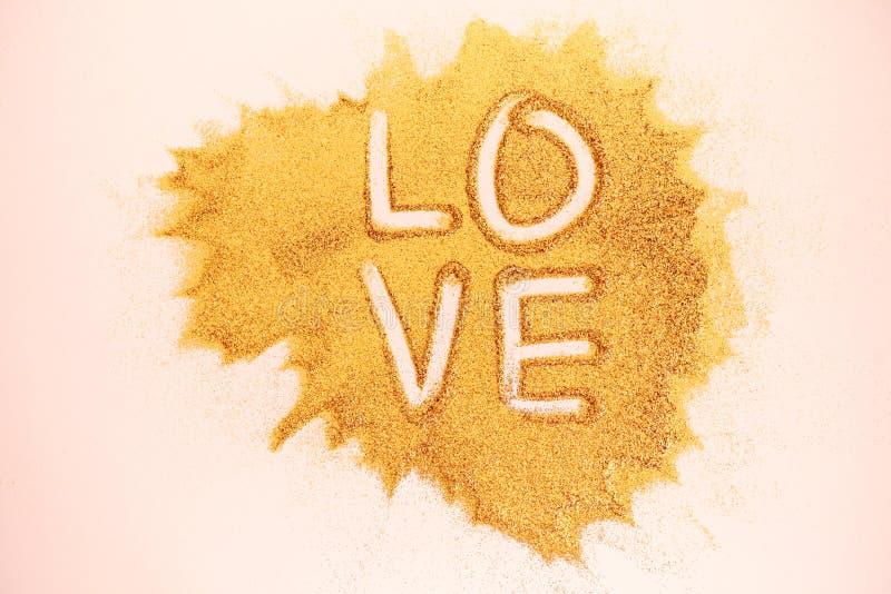 Amore di parola scritto a mano sulla superficie di scintillio fotografia stock