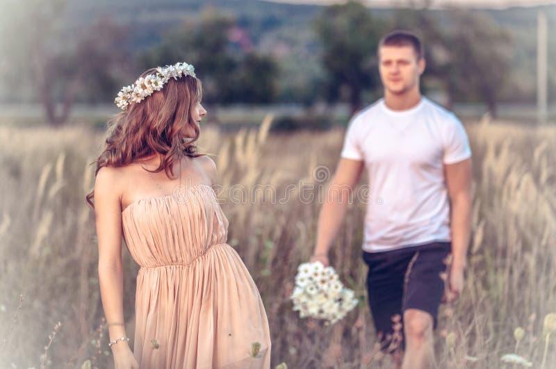 Amore fra una giovane coppia immagini stock libere da diritti