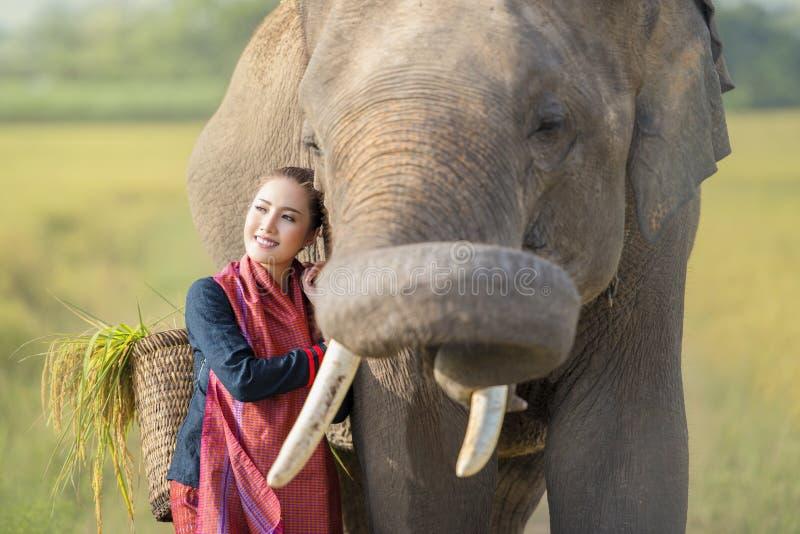 Amore, legame della gente ed elefanti immagini stock libere da diritti