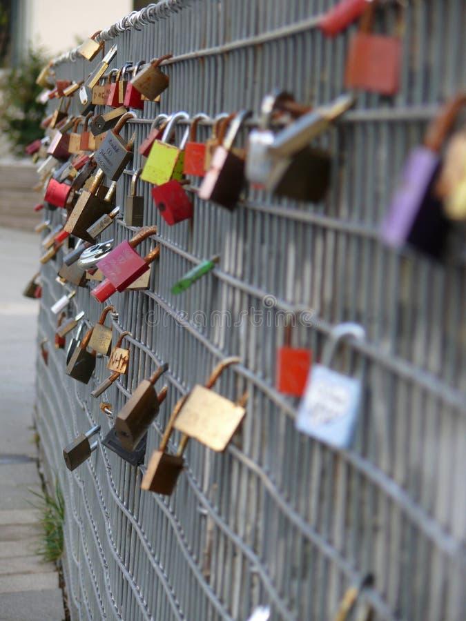 Amore-lucchetti su un recinto del metallo fotografia stock libera da diritti