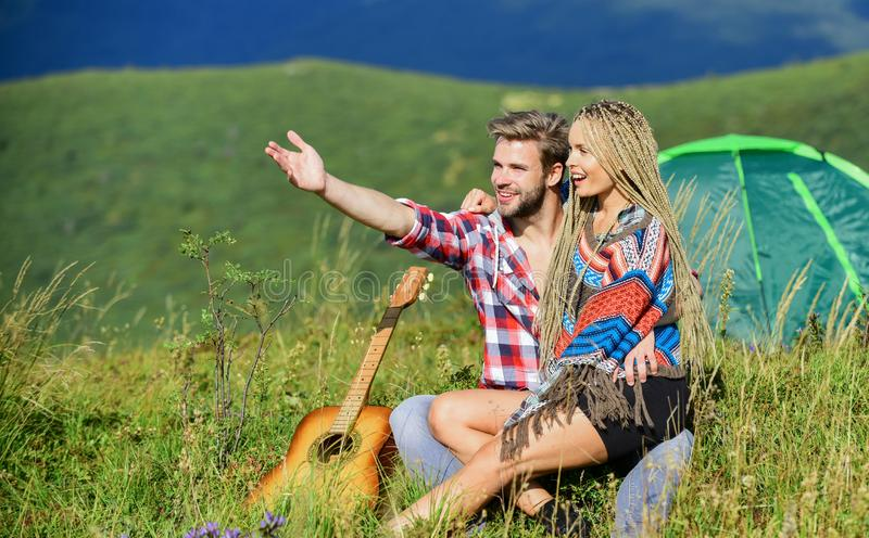 Amore passionale amicizia canzoni campfire gli uomini suonano la chitarra per una ragazza amici felici con la chitarra una coppia fotografie stock libere da diritti