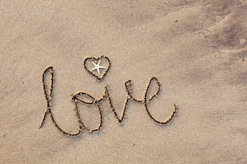 Amore scritto in sabbia fotografie stock libere da diritti