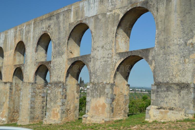 Amoreira罗马渡槽在第16个和第17个世纪之间重建了在埃尔瓦什 自然,建筑学,历史,街道 免版税库存图片