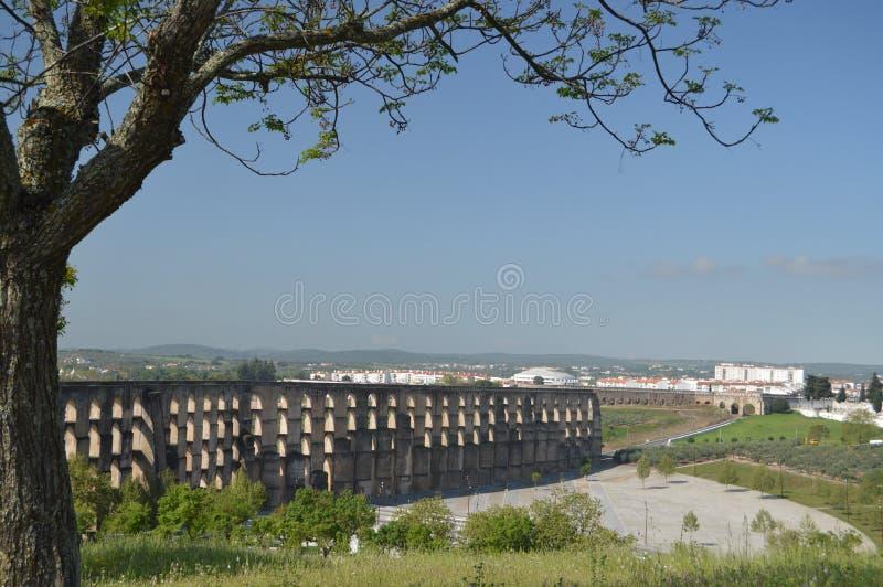 Amoreira罗马渡槽在第16个和第17个世纪之间重建了在埃尔瓦什 自然,建筑学,历史,街道 免版税图库摄影
