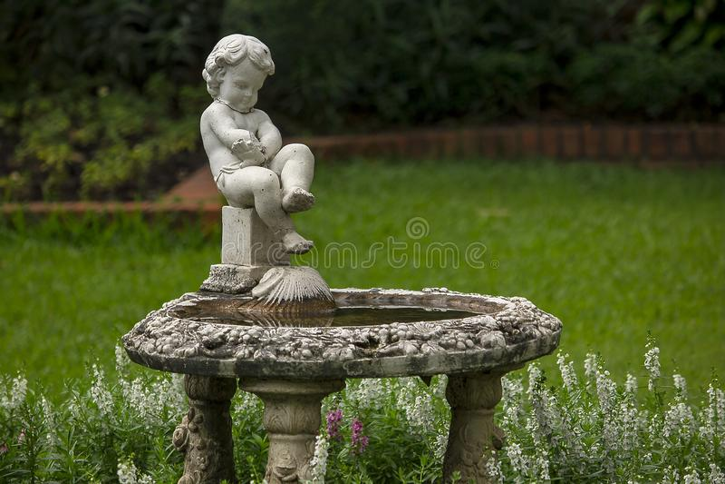 Amorek fontanna w parku obraz stock