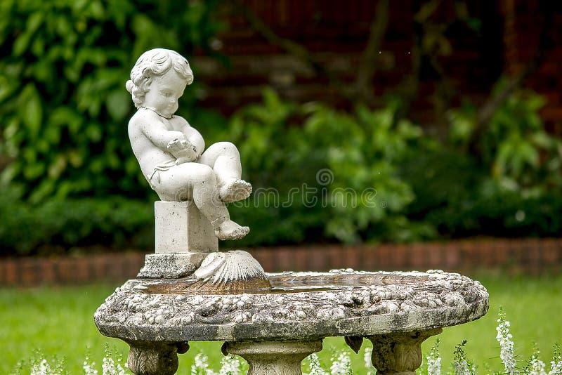Amorek fontanna w parku fotografia royalty free