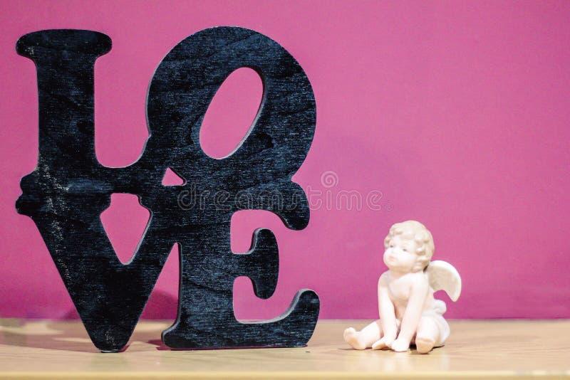 amorek postać blisko słowo miłości fotografia stock