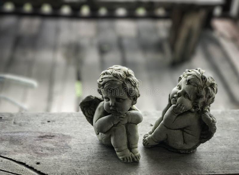 Amorek rzeźba na drewnianej podłoga obraz stock