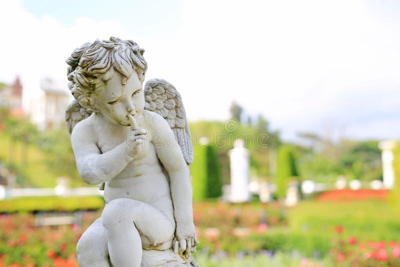 Amorek rzeźba w lato ogródzie plenerowym fotografia royalty free