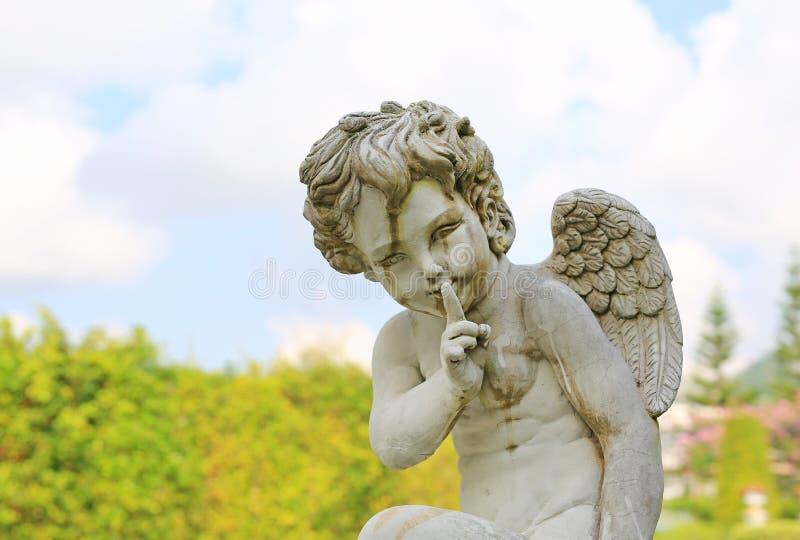 Amorek rzeźba w lato ogródzie plenerowym obrazy stock
