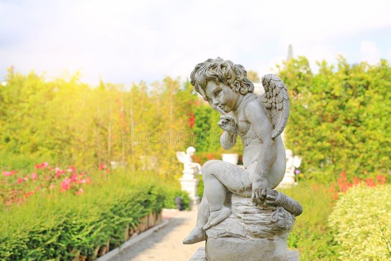 Amorek rzeźba w lato ogródzie plenerowym zdjęcia stock