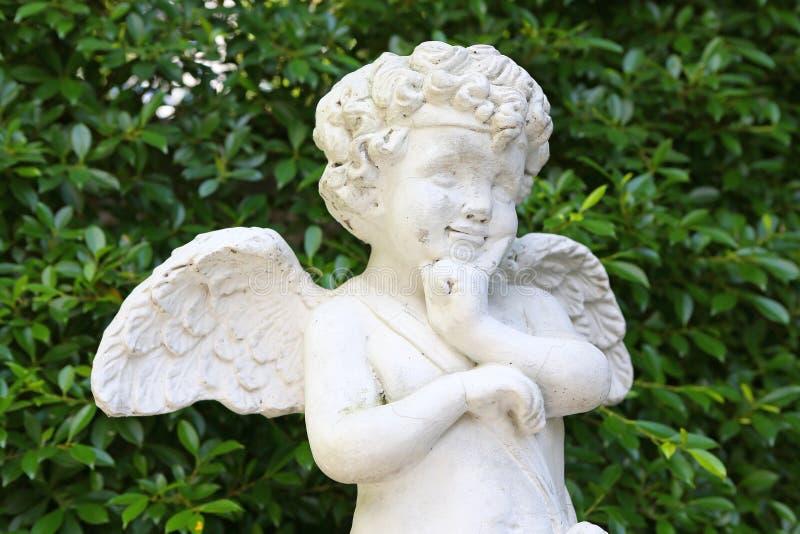 Amorek rzeźba w ogródzie zdjęcia stock