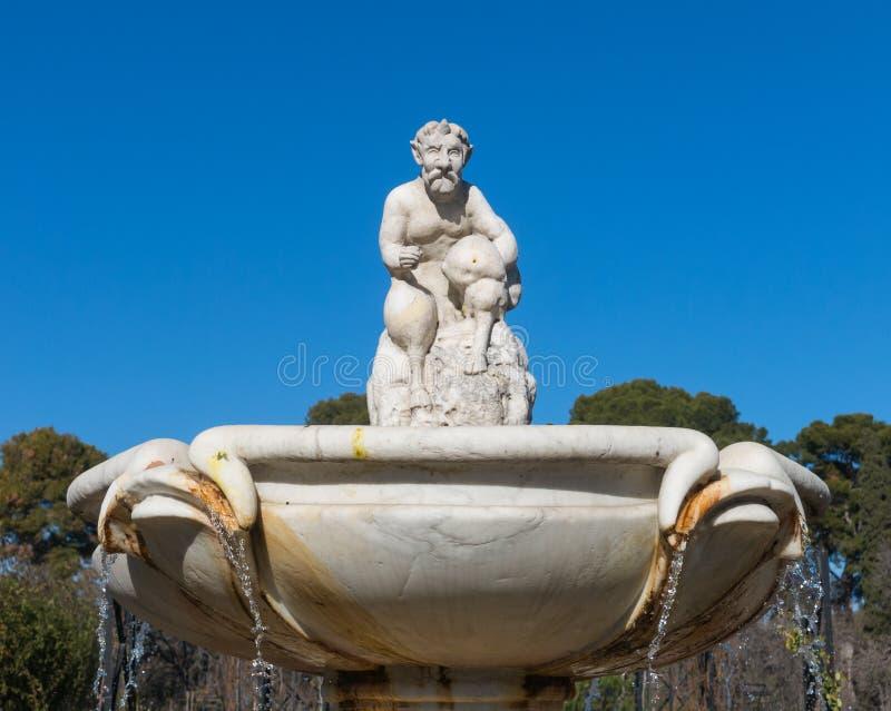 Amorek statua w fontannie ogród róże w Buen Reti fotografia royalty free