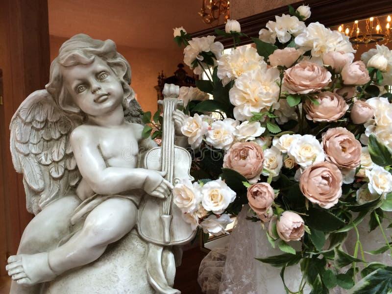 Amorek z kwiatem zdjęcie stock
