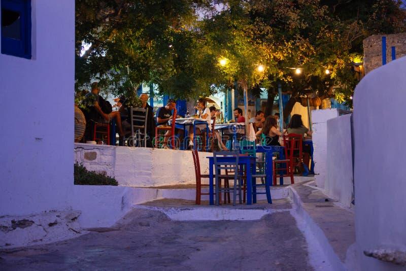 Amorgos, Греция 2-ое августа 2017 Люди есть на традиционном Gre стоковые фото