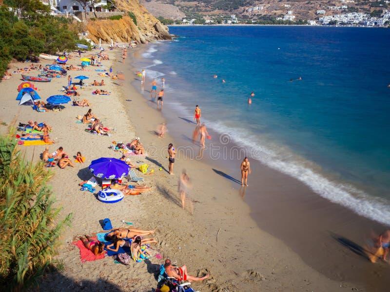 Amorgos, Греци-август 2,2017 Более высокий взгляд красивого bea стоковое изображение rf