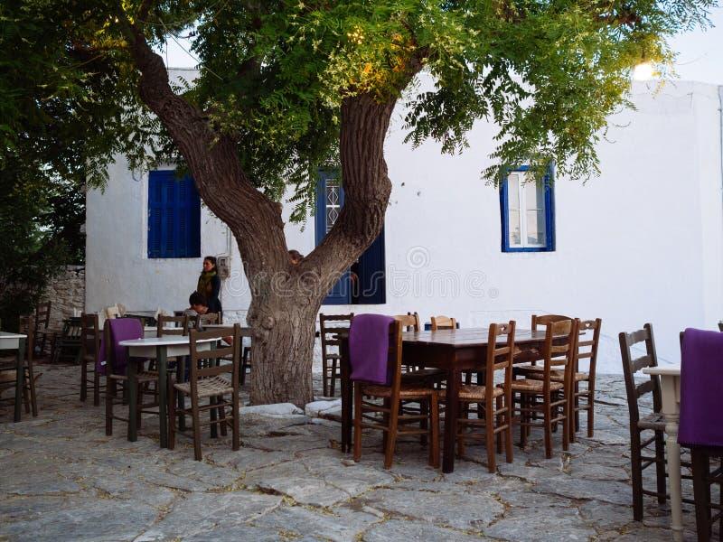Amorgos, Греци-август 1,2017 В малых квадратах острова стоковые фотографии rf