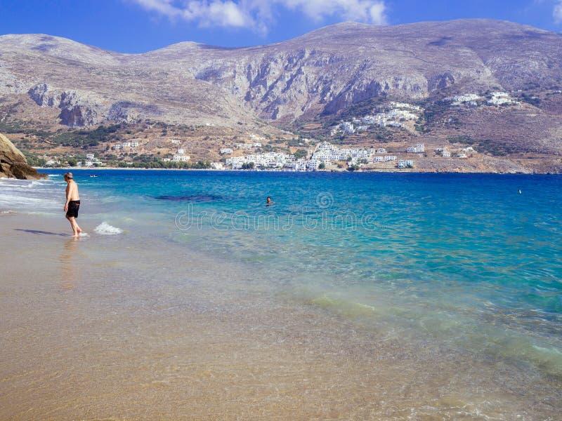 Amorgos, Греци-август 2,2017 Красивый пляж боеприпасов Psili, стоковая фотография rf
