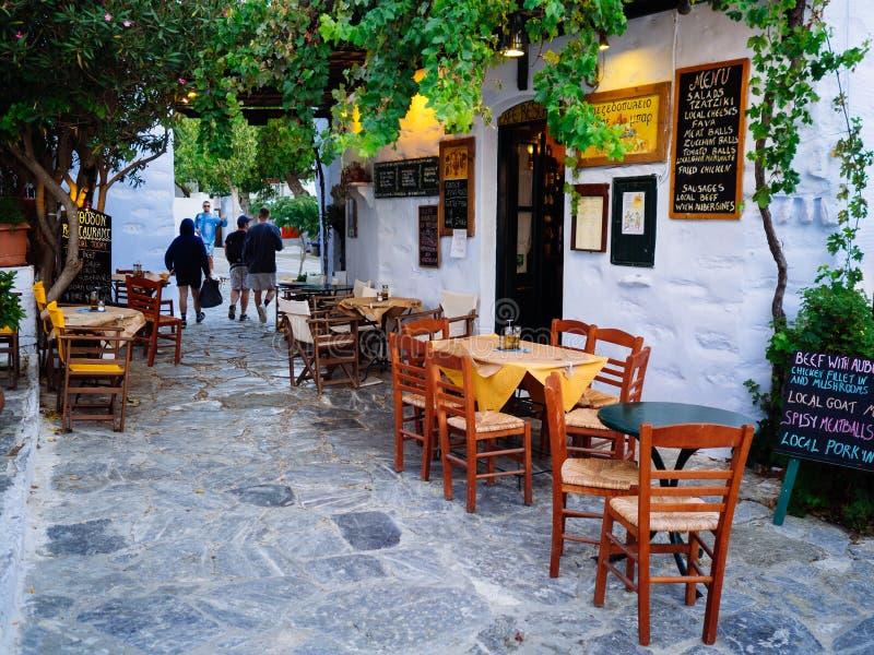 Amorgos, 1,2017 Grecia-augusti Una piccola locanda tradizionale accanto a fotografia stock libera da diritti