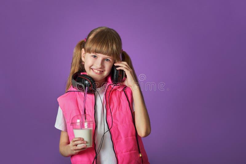 Amori dell'adolescente della ragazza da ascoltare le canzoni fotografie stock libere da diritti