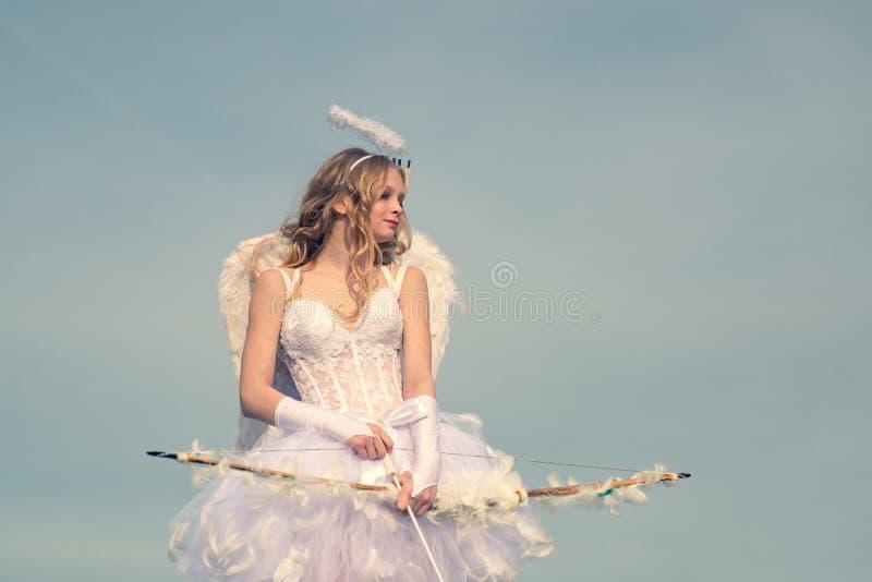 Amorka śliczny anioł z łękiem i strzałami Nastolatka amorek - walentynki pojęcie St Walentynka dzie? anio? nastolatk?w Niewinnie  zdjęcia royalty free
