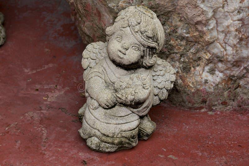 Amorkowie rzeźbiący od kamieni dla ogrodowej dekoraci obraz stock