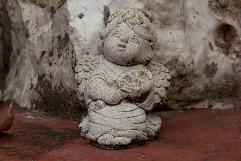 Amorkowie rzeźbiący od kamieni dla ogrodowej dekoraci obrazy stock