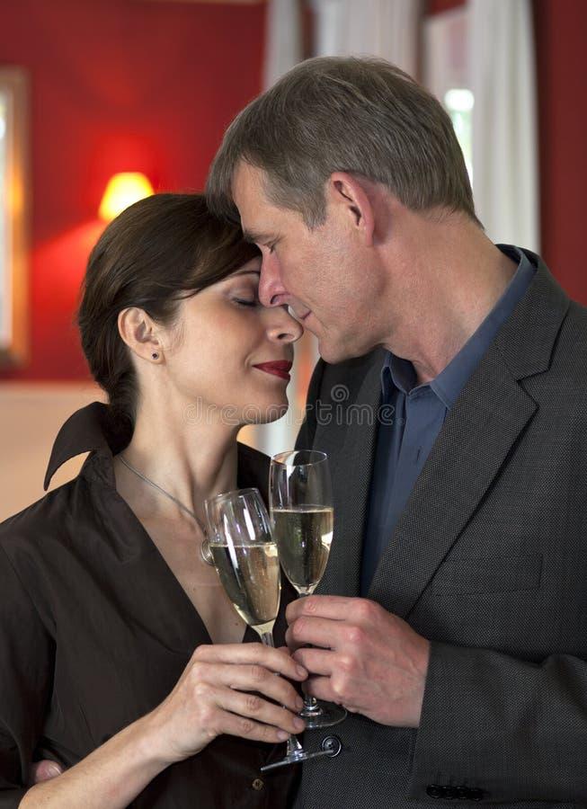 Amorous Paare auf romantischem Datum lizenzfreie stockbilder