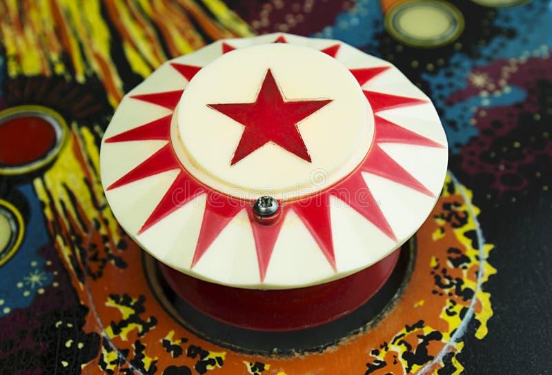 Amortecedor com uma estrela vermelha em uma máquina de pinball fotografia de stock royalty free