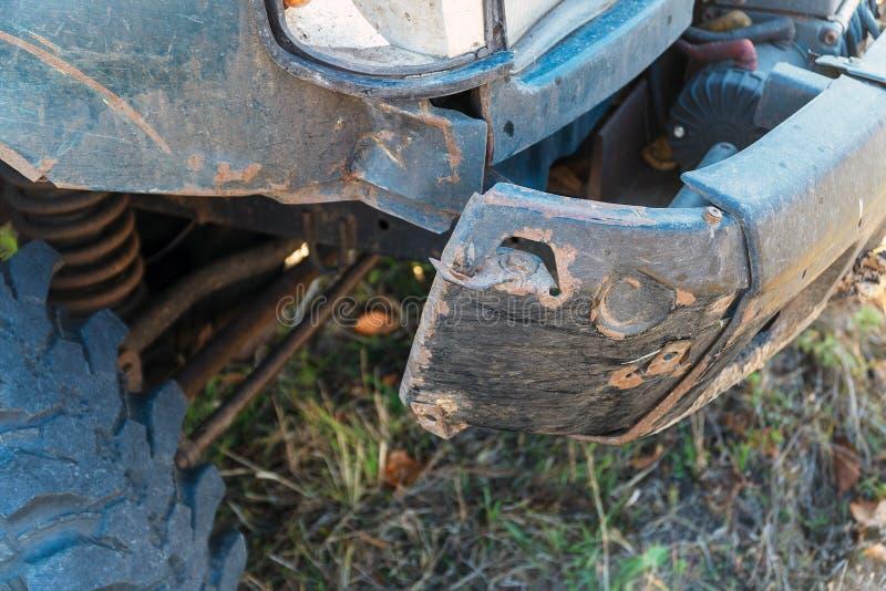 Amortecedor dianteiro danificado no carro fotografia de stock