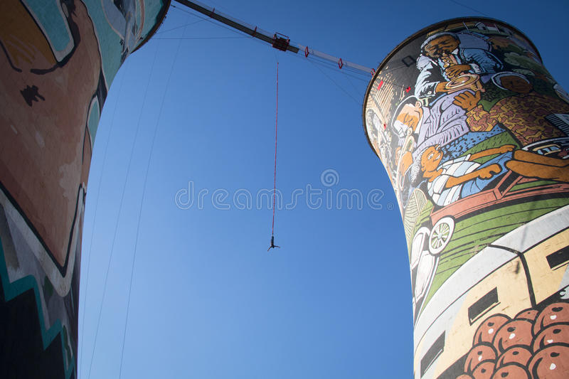 Amortiguador auxiliar del individuo que salta de Orlando Towers en Soweto foto de archivo libre de regalías