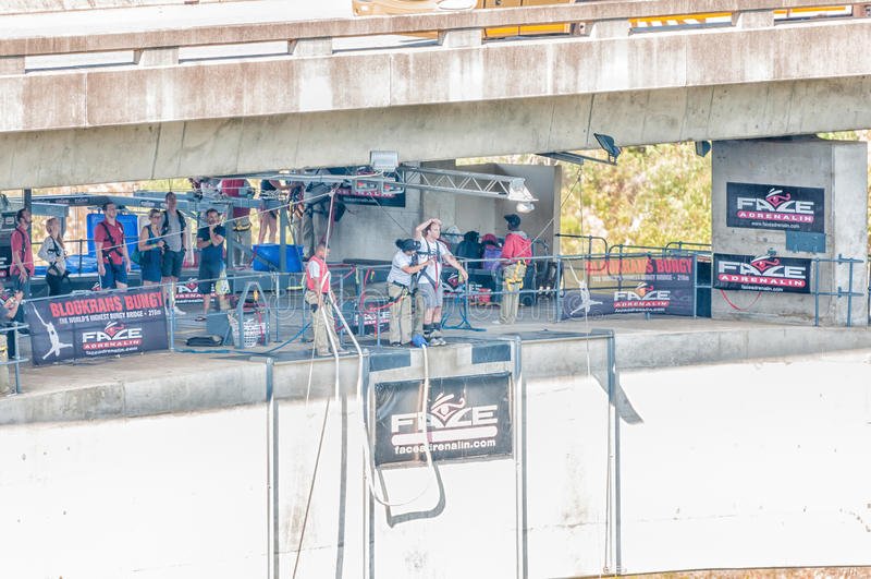 Amortiguador auxiliar que salta en el puente de Bloukrans foto de archivo libre de regalías