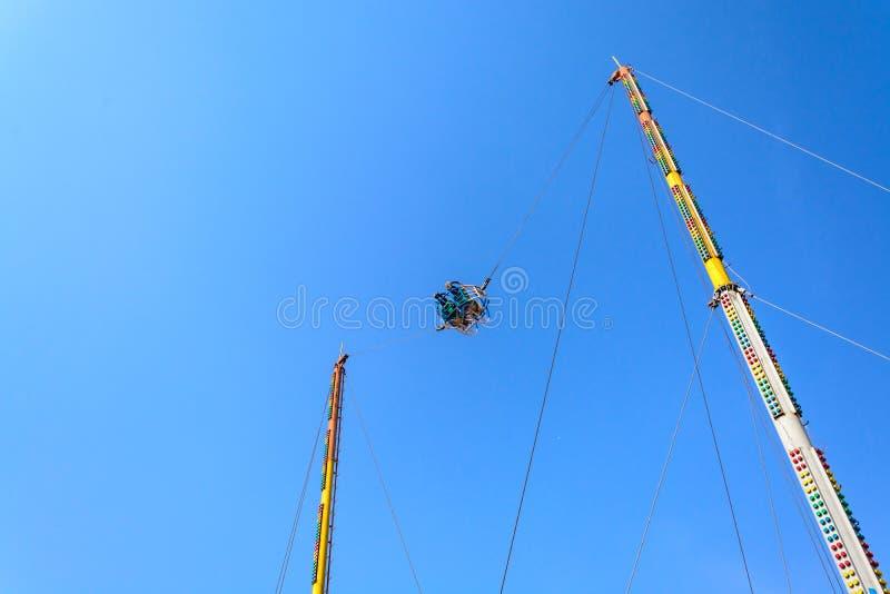 Amortiguador auxiliar reverso con el cielo azul imagen de archivo