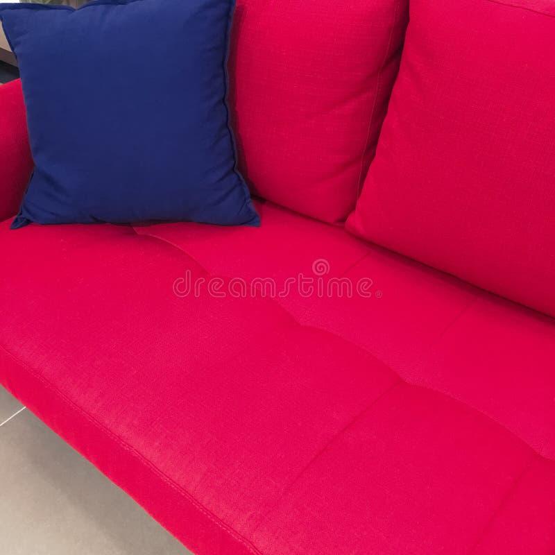 Amortiguador Azul En Un Sofá Rojo Imagen de archivo - Imagen de ...