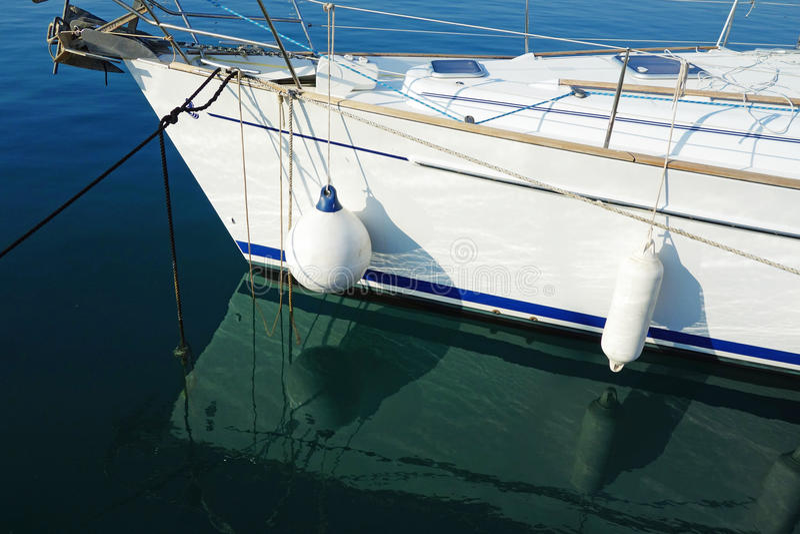 Amortisseurs de bateau sur le yacht blanc images stock