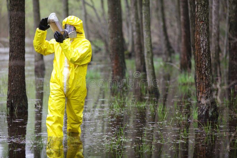 amostra de exame do técnico de água na área de inundações foto de stock royalty free