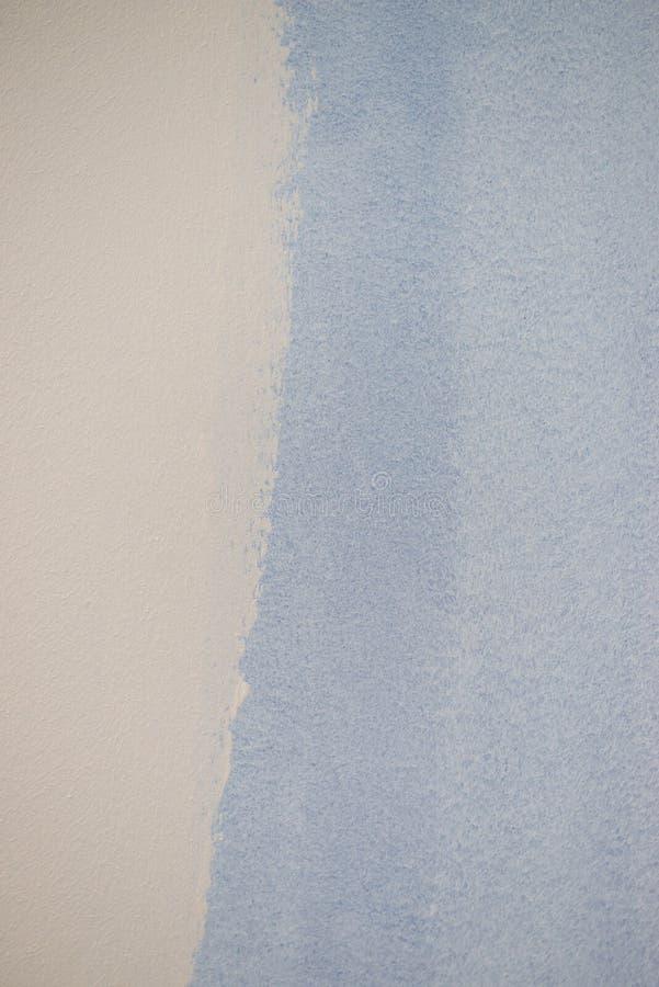 Amostra de folha azul da pintura na parede branca fotos de stock royalty free
