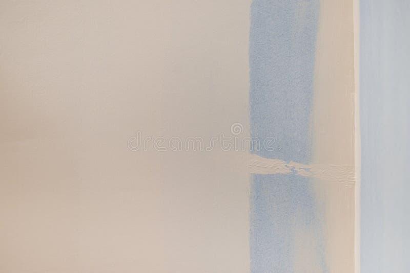 Amostra de folha azul da pintura na parede branca imagem de stock