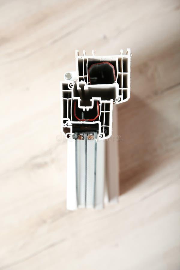 Amostra de perfil moderno da janela no fundo de madeira, vista superior imagem de stock royalty free