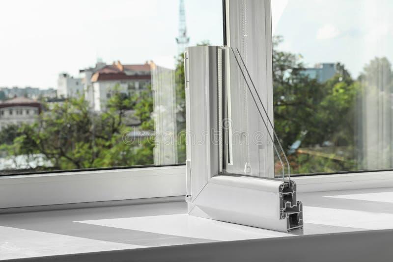 Amostra de perfil moderno da janela no peitoril fotografia de stock