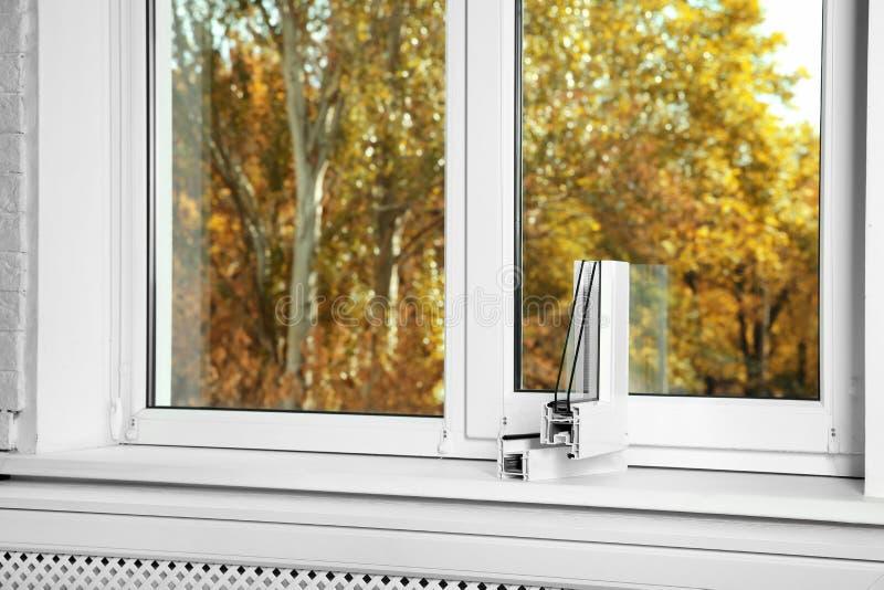 Amostra de perfil moderno da janela no peitoril dentro, espaço para o texto imagem de stock