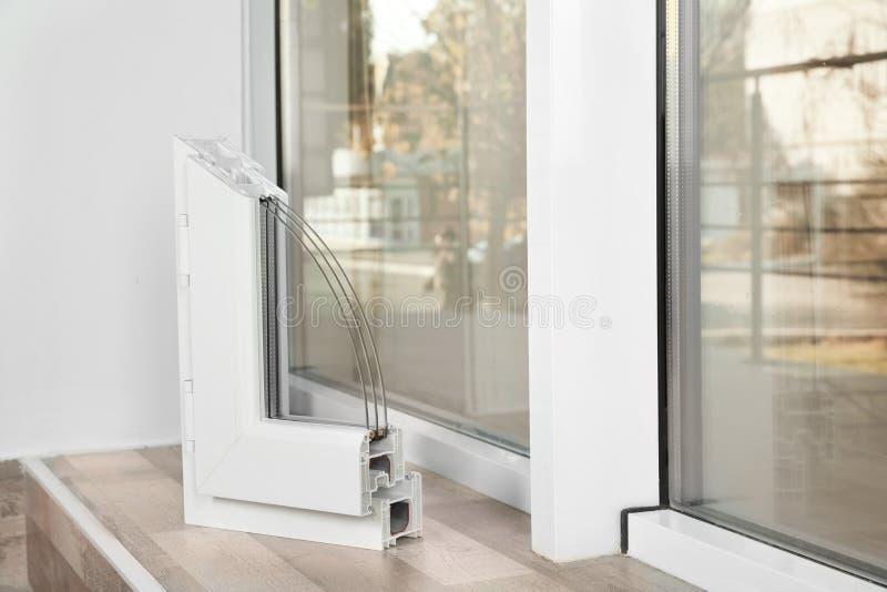 Amostra de perfil moderno da janela no peitoril dentro, espaço para o texto fotos de stock