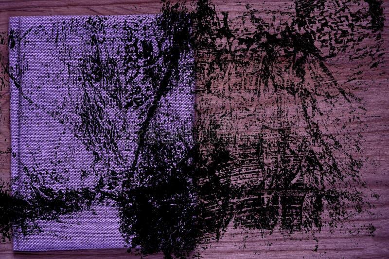 Amostra ultra roxa do cartão do Grunge, superfície de linho da tela na tabela de madeira com copyspace livre para o texto de cump ilustração royalty free