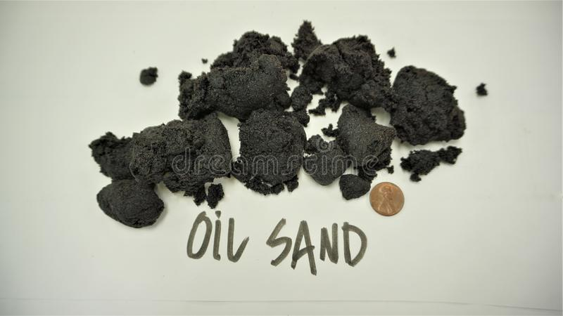 Amostras canadenses da areia de óleo com moeda de um centavo imagens de stock royalty free