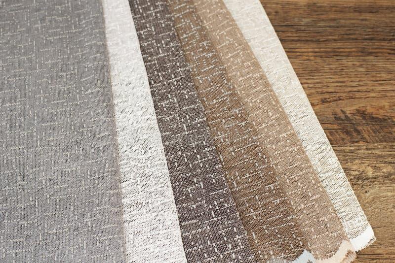 Amostras coloridas da tela da cortina Telas múltiplas da seleção das amostras da textura da tela da cor para a decoração interior fotografia de stock royalty free
