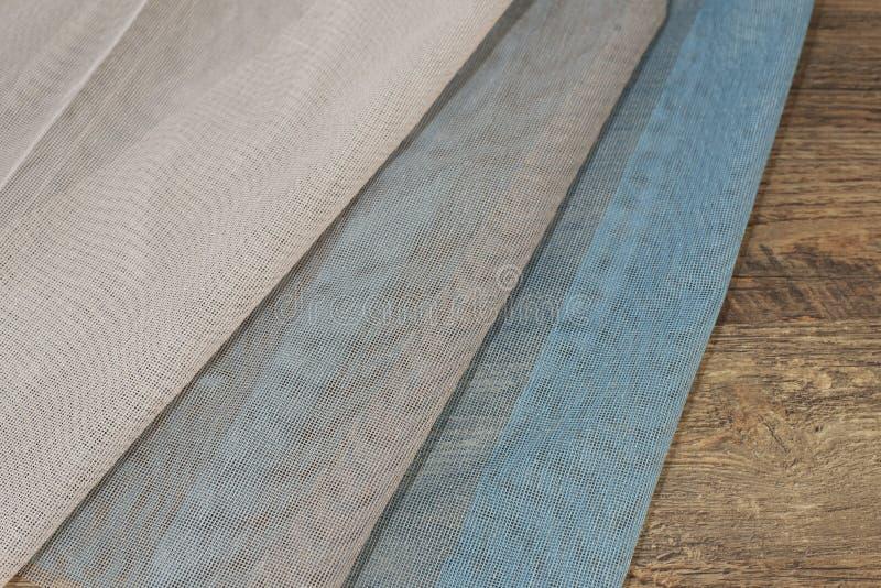 Amostras coloridas da tela da cortina Telas múltiplas da seleção das amostras da textura da tela da cor para a decoração interior foto de stock