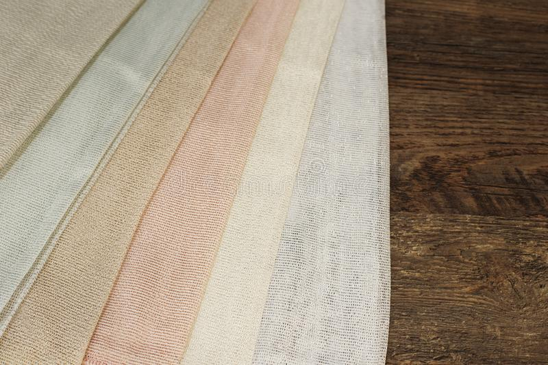 Amostras coloridas da tela da cortina Telas múltiplas da seleção das amostras da textura da tela da cor para a decoração interior foto de stock royalty free
