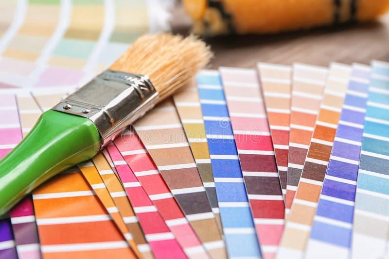 Amostras da cor da pintura com escova, close up fotos de stock